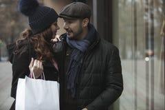 Окно пар ходя по магазинам outdoors в зиме Стоковое Изображение RF