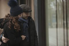 Окно пар ходя по магазинам outdoors в зиме Стоковые Изображения RF