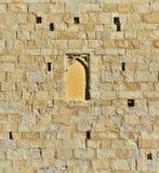 Окно Пистойя необыкновенное закрытое в старой стене песчаника Стоковая Фотография