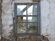 Окно получившегося отказ и разрушенного дома, в котором в течение многих лет отсутствие жизней стоковые фото