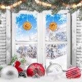 Окно рождества старое белое с украшениями Стоковые Изображения