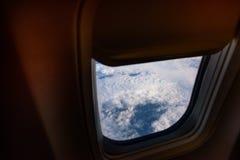 Окно самолета from inside До окно вы можете посмотреть землю Стоковые Фото
