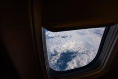 Окно самолета from inside До окно вы можете посмотреть землю Стоковое Изображение