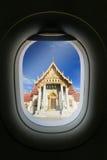 Окно самолета с привлекательностью назначения перемещения 2005 архитектурноакустически коробок искусства зодчества красивейших ст стоковая фотография
