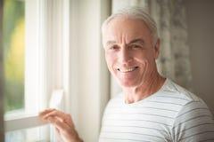 Окно старшего человека готовя стоковое фото rf