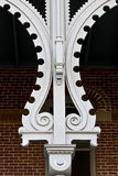 окно стены фронта колонки кирпича богато украшенный стоковые изображения