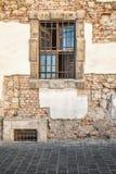 Окно с барами на старой стене Стоковые Изображения RF