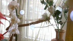 Окно с белыми занавесами и цветками 4K видеоматериал