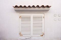 Окно с белыми штарками Стоковое Изображение