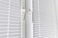 Окно с белым jalousie стоковые фото