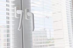 Окно с белым jalousie стоковое изображение