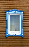 Окно с голубым домом деревянных рамок винтажным деревянным журналов стоковое фото rf