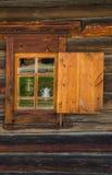 Окно с деревянным высекаенным architrave в старом деревянном доме в старом русском городке стоковая фотография rf