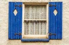 Окно с деревянными штарками, отрезок формы диаманта в штарках, закрыло Стоковое Изображение RF