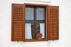 Окно с цветами на силле окна стоковые фото