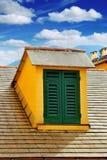 Окно с штарками на крыше на предпосылке голубого неба Стоковые Фото
