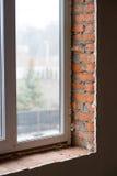 Окно установлено в новый незаконченный дом стоковые изображения rf
