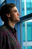 окно человека стоящее Стоковые Изображения RF