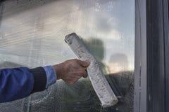 Окно чистки руки здания 2 стоковые фотографии rf