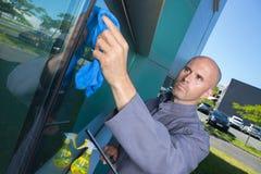 Окно чистки человека в доме стоковое фото rf