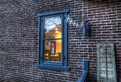Окно Lit на кирпичной стене Стоковое Изображение RF