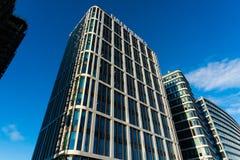 Окно ` s высокого здания стеклянное отражает дневной свет в городке стекло здания самомоднейшее Стоковые Фотографии RF