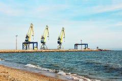 3 докового крана в морском порте против голубого неба Стоковое Изображение RF