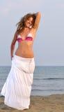 около детенышей женщины захода солнца моря Стоковое Изображение