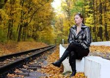 около железной дороги сидит женщины Стоковая Фотография