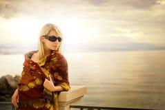 около женщины захода солнца океана стоковое фото