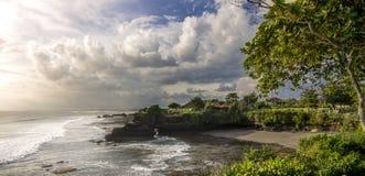 Около пляжа серии Tanah с зданием на заходе солнца Стоковые Изображения RF