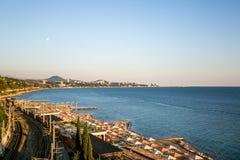 Около портового района шоссе и железнодорожный вокзал, залив изогнут, с горами и островами удлиняя в море L стоковая фотография