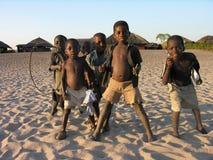 Около Pweto, Katanga, демократичная Республика Конго: Дети представляя для камеры около берега озера Mweru стоковые изображения