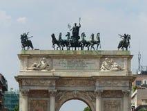 Оконечность дуги триумфа мира в Милане r стоковые фотографии rf