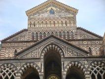 Оконечность и фасад собора романск nel Амальфи к югу от Италии стоковые фото
