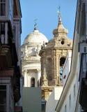 Оконечность 2 колоколен различного стиля в узкой дороге Кадиса в Андалусии в Испании стоковая фотография rf