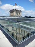 Оконечность крыши Reichstag Берлина, построенного как центр встреч немецкого парламента, стоковые фото