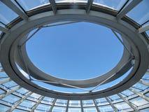 Оконечность купола Reichtag Берлина который раскрывает неба, круга металла berlin Германия стоковые фотографии rf