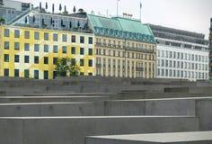 Оконечность столбцов мемориала холокоста с покрашенными зданиями на левой стороне beriberi Германия стоковые изображения rf