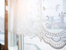 Оконная рама занавеса шнурка с стилем света утра винтажным Стоковое Изображение RF