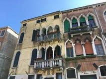 Оконные коробки и цветки в Венеции, Италии Стоковое фото RF