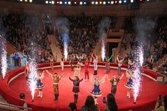 Окончательное представление всех актеров в арене цирка стоковое изображение