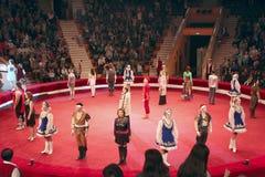 Окончательное представление всех актеров в арене цирка стоковые изображения