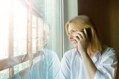 около женщины окна утро солнечное Стоковые Изображения