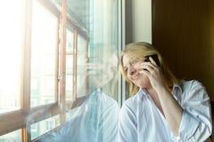 около женщины окна утро солнечное Стоковая Фотография RF