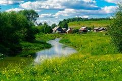 около села реки стоковое изображение rf