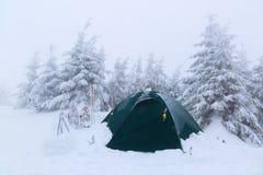 Около шатра, покрытого с снегом, пешие ручки Стоковая Фотография