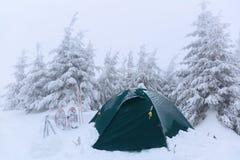 Около шатра, покрытого с снегом Стоковая Фотография