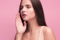Окрик и клекот молодой женщины используя ее руки Стоковое Изображение