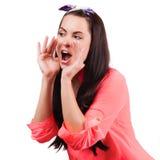 Окрик и клекот молодой женщины используя ее руки как трубка стоковые фото